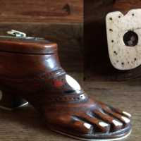 Snuffbox foot-shaped with secret compartment, in carved and inlaid chestnut