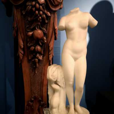 Acephalous marble statuette representing Venus with the dolphin